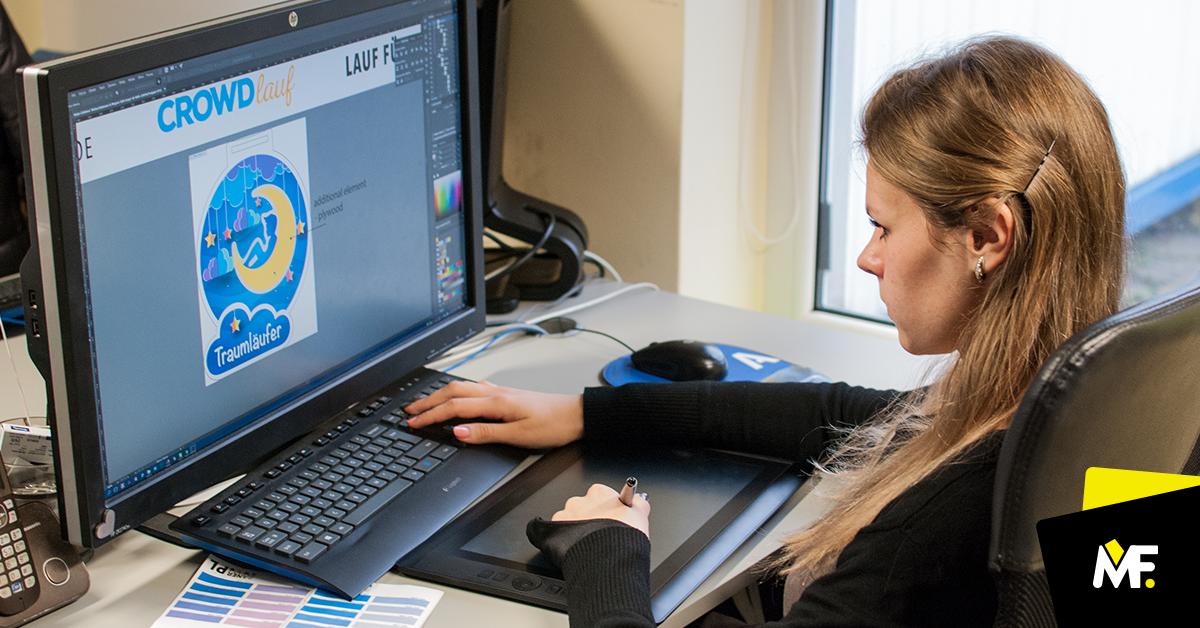 Grafikdesigner Modern Forms projektujący medal